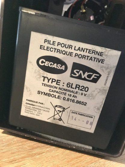 La pile 6LR20 dans la lampe SNCF